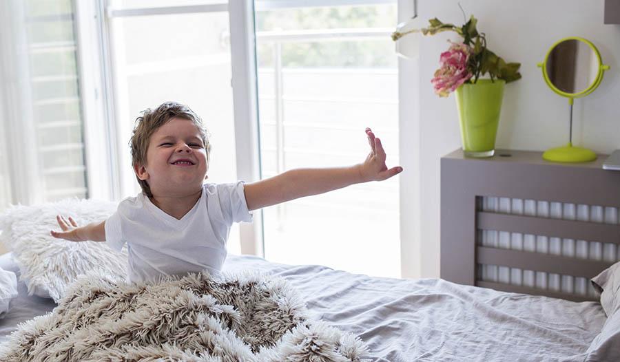 Картинка мальчик встает утром