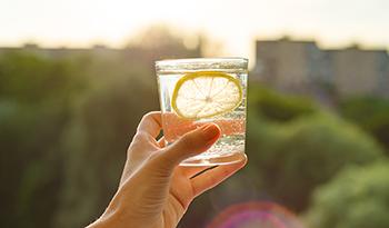 Детоксикация организма очищающим средством с яблоком, морской солью, имбирем и лимоном