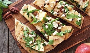 Пицца-лепешка с кусочками яблок, рукколой и орехом-пеканом