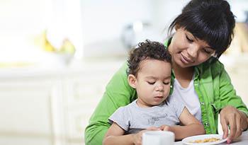 Чем кормить ребенка и когда вводить пищевые добавки