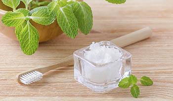 Что такое полоскание рта маслом и в чем польза этой процедуры для здоровья?
