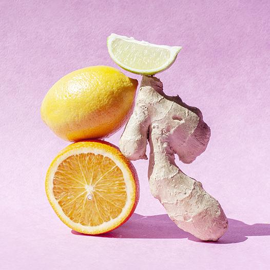 Имбирь, лимон и лайм на розовом фоне