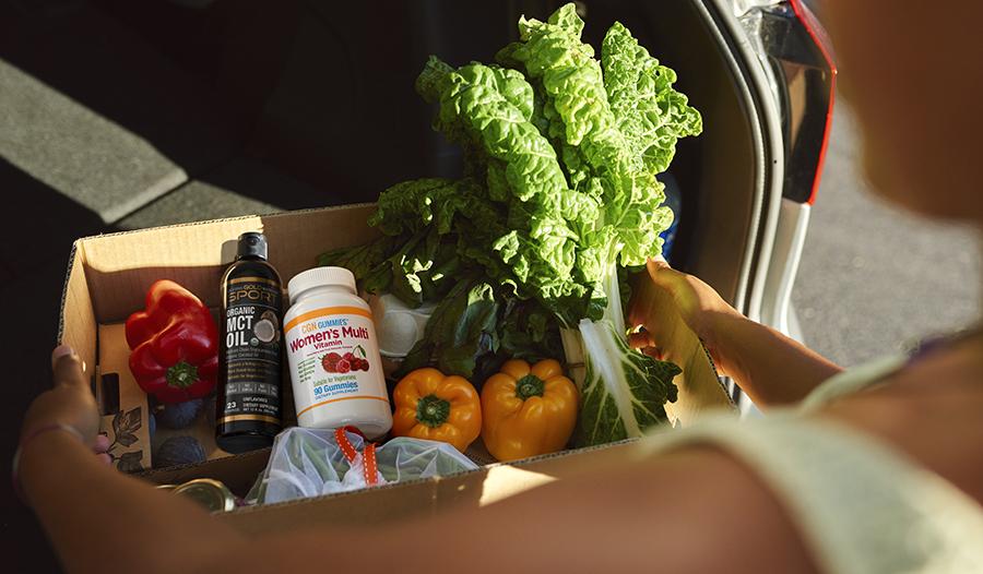 Здоровые продукты (овощи, мультивитамины, масло СЦТ) кладут в машину