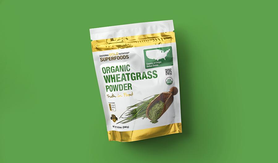Порошок из ростков пшеницы на зеленом фоне